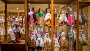 Restauratoru atjaunotie smalkumi un miniatūrie tautas tērpi Alūksnes jaunajā pilī