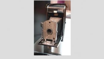 """21. februāris. Izgudrotājs Edvīns Lends iepazīstina ar """"Polaroid"""" kameru"""