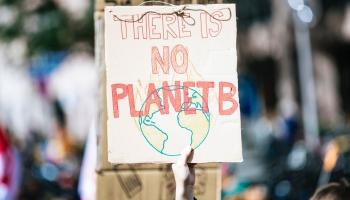 Arī Rīgā notiek protesta akcijas pret klimata pārmaiņām