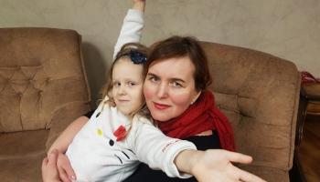 Ziloņa ausis latvju sētā. Mīklas min rakstniece Andra Manfelde kopā ar meitu Augusti