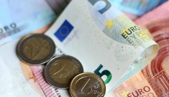 Īpaši finanšu uzņēmumi piedāvā tirdzniecības darījumu finansēšanu jeb faktoringu