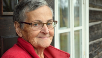 Ciemos pie aktīvas seniores,  dzīves baudītājas ILZES KNUTOVAS Suntažos