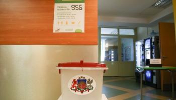 С рекордно низкой явкой избирателей завершились выборы в Латвийские самоуправления 2021