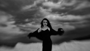 """Dziedātāja Katrīna Gupalo izveidojusi videoklipu sadarbībā ar krīžu centru """"Skalbes"""""""