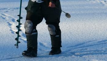 Ledus biezums ūdenstilpēs nevienmērīgs. Glābējiem jādodas palīgā pārgalvjiem