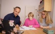 Vecāki izvēlas bērnam mācības neklātienē: vai tas liecina par problēmam izglītības sistēmā