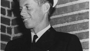 2. augusts. Izglābjas torpēdlaivas komandieris Džons Ficdžeralds Kenedijs