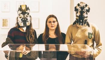 Mākslas kuratore Līna Birzaka-Priekule ne tikai klausās, bet arī dzied