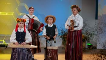 """Skolu jaunatnes dziesmu un deju svētku folkloras koncerts """"Rotā saule, rotā bite"""""""