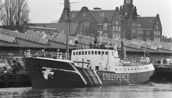 """10. jūlijs. Saspridzināja organizācijas """"Greenpeace"""" kuģi """"Rainbow Warrior"""""""