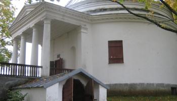 Kapeņu stāstiņi un elku kalniņš Latvijas baltākajā pilsētā