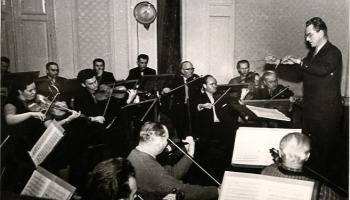 Pie Latvijas Nacionālās operas orķestra diriģenta pults – Jāzeps Lindbergs