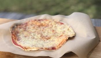 Viegli pagatavojama maltīte: siera pīrādziņi, zaļie salāti un biešu zupa