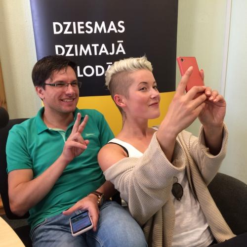 Andris Ērglis un Antra Stafecka cīnās dambretes spēlē un prezentē jauno dziesmu