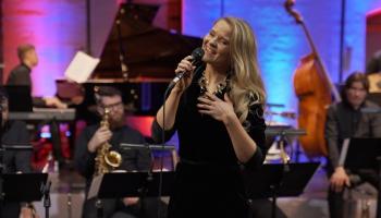 """Beāte Zviedre un Latvijas Radio bigbends koncertā """"Spīķeri Jazz"""""""