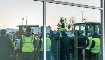 """""""Dzelteno vestu"""" protesti ir nesuši lielu satricinājumu Francijā un citviet Eiropā"""