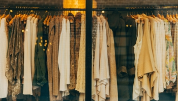 Mazumtirdzniecība pasaulē piedzīvo pārmaiņas; apģērbu tirgotājiem klājies grūti
