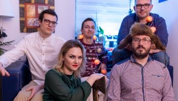 Tromboniste un bundzinieks rada latviešu ieražu dziesmu ''Kaladū''  hiphopa ritmos