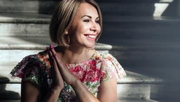 """Pirmatskaņojums """"Klasikā""""! Dziedātāja Jolanta Gulbe-Paškeviča albumā """"Gaisma krīt"""" (2020)"""