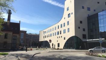 Deputāti spriež par Stradiņa slimnīcas jaunā korpusa būvniecību un tam nepieciešamo naudu