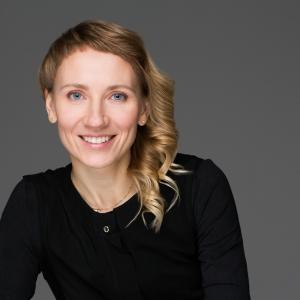 """Starp tehnoloģijām, mūziku un tērpiem - """"Riga Tech Girl"""" vadītāja Anna Andersone"""