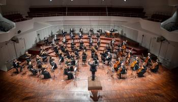 """Bēthovena """"Pastorālā"""" un Sibēliusa Trešā, Sviridova """"Pēterburga"""", vijoļduets un trio"""