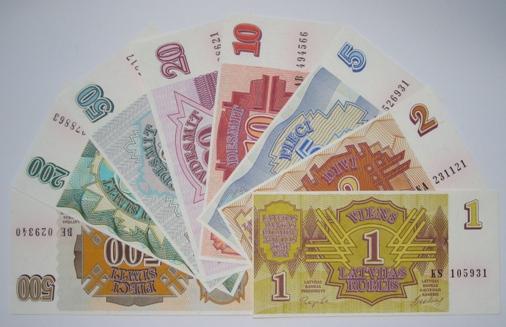Pēc 3 gadiem Zviedrijā nebūs skaidras naudas; Latvijā ar karti maksā tik pat bieži kā ar banknotēm