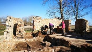 Izrakumos Mazjumpravas muižā Rumbulā atrasti Rīgas brīvpilsētas šiliņi