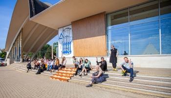 Latvijas Mākslas akadēmijas studenti pārņem savā varā pilsētvidi Dubultos un Rīgas centrā