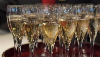 Vai zini, ka par šampanieti drīkst saukt tikai dzirkstošo vīnu no Šampaņas Francijā?