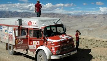 """Ar veciem ugunsdzēsēju auto apbraukt pusi pasaules. Filma """"Robežu gūstā"""""""