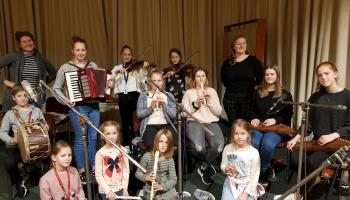 """Muzicē un dzied Liepājas bērnu un jaunatnes centra folkloras kopas """"Ķocis"""" dalībnieki"""