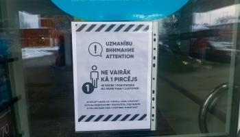 """Rindas pie veikaliem un prieks par pirmajiem pirkumiem no """"aizliegto preču"""" plauktiem"""