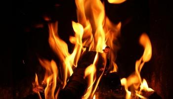 Rudens pirmās kamīna liesmas