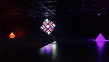 """Braiena Īno skaņas un gaismas instalācija """"77 miljoni gleznu"""""""