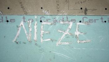 """Galerijā """"Istaba"""" aplūkojama jauno mākslinieku izstāde """"Nieze"""""""