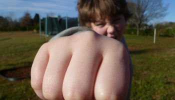Агрессивный ребёнок: что делать родителю?