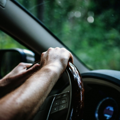 Pērn Latvijas uz ceļiem dzīvību zaudējuši vairāk cilvēku, negadījumu skaits – mazāks
