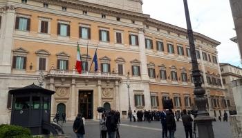Eiropas valstis gatavojas EP vēlēšanām: Pretrunu pilnā koalīcija Itālijā