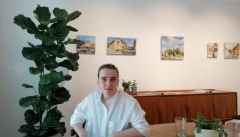 """Neonilla Medvedeva izstādē """"NeoStāsti"""" piedāvā idillisku pilsētvides ainavu kopumu"""