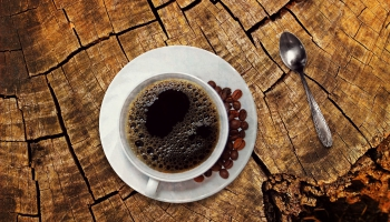 Sarunas par kafiju. Patreiz kafija bez cukura un piena skaitās labs dzēriens