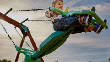 Latvija bez bērnunamiem: kas traucē īstenot mērķi un sniegt ģimenisku vidi katram bērnam