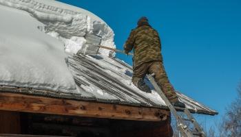 Beidzot klāt ziema. Aktuāls jautājums par sniega tīrīšanu no jumtiem