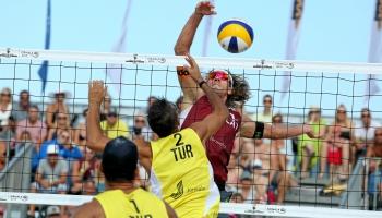Борьба на песке: Турниры по борьбе и волейболу в cамом центре Риги