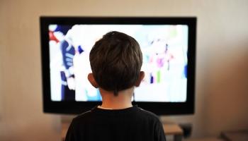 Ребёнок и щётка: как научить малыша убирать в комнате