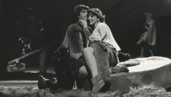 """Drosmīgās rotaļas. Māras Zālītes un Mārtiņa Brauna """"Suns un kaķe"""" Jaunatnes teātrī (1984)"""