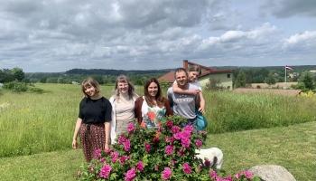 Šternbergu ģimene Baldonē pulcē līgotājus, kam tuvas latviskās svinību tradīcijas