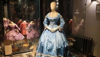 """Modes muzejs izstādē """"Māte un bērns"""" iepazīstina dāmu un bērnu tērpiem 150 gadu periodā"""