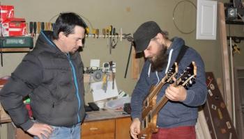 """Viesos AttAck guitars meistars un grupas """"Gandrīz 10nīkā"""" ģitārists J.Kuzminskis"""