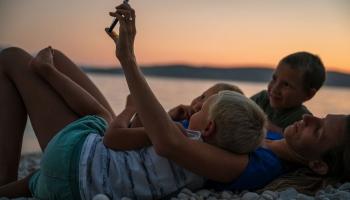 Vecāki bažīgi par atbalstu daudzbērnu ģimenēm pašvaldībās: Jelgavas stāsts